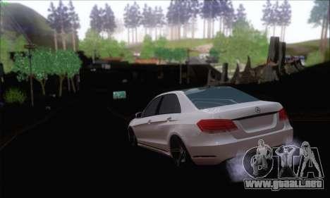 Mercedes-Benz W212 AMG para GTA San Andreas vista posterior izquierda