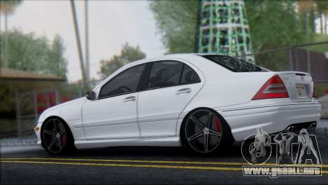Mercedes-Benz C32 Vossen para GTA San Andreas left