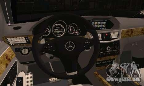Mercedes-Benz E320 para GTA San Andreas vista posterior izquierda