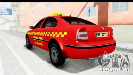 Skoda Superb Taxi De Color Rojo para GTA San Andreas vista posterior izquierda