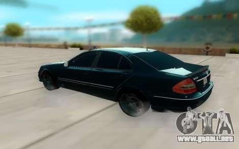 Mercedes-Benz W211 AMG 63 para GTA San Andreas vista posterior izquierda