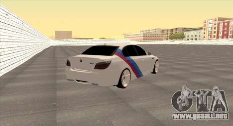 BMW M5 E60 SS (SmotraStyle) para GTA San Andreas vista posterior izquierda